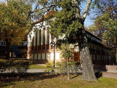 Odrestaurowana Elewacja Zabytkowego Budynku Auli B Wydziału Zarządzania Uniwersytetu Gdańskiego W Sopocie